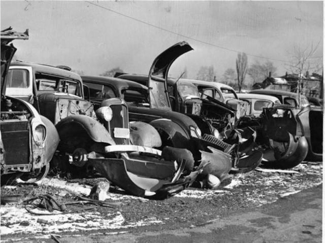 50 Vintage Photos Of Classic Car Salvage Yards And Wrecks From Between The 1940s And 1950s Vintage Everyday Classic Cars Retro Cars Car