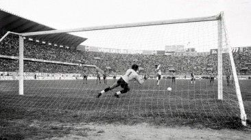 Antes de jugar contra Uruguay, Perú venció 2-0 a Colombia con goles de Barbadillo y Uribe. El remate del 'diamante' pegó en el palo y entró en la porteria defendida pir Zape.