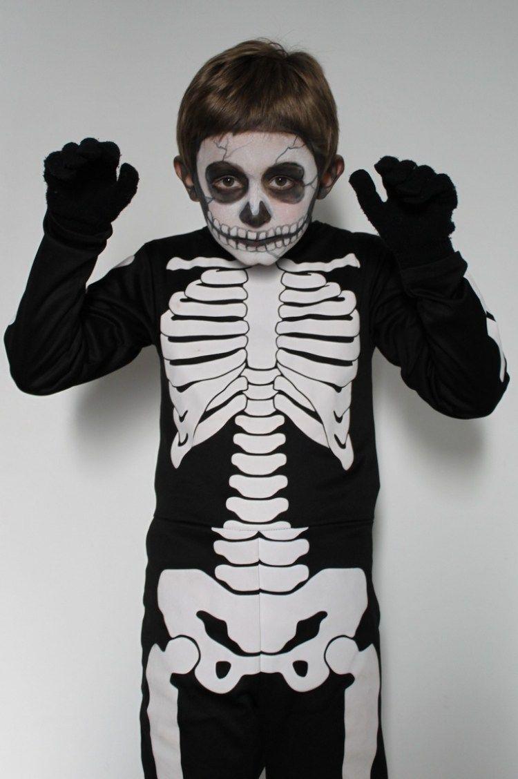 kleiner Junge als Skelett verkleidet und als Totenkopf geschminkt