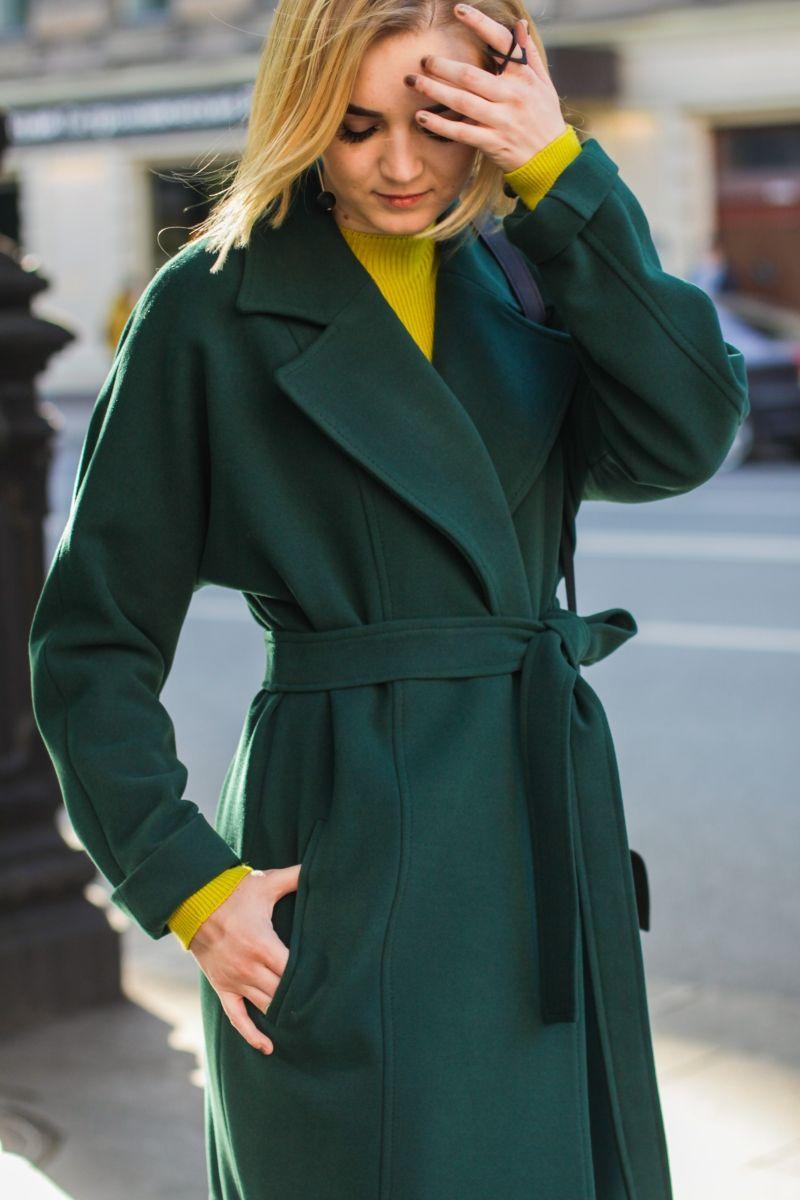 c49c7040c Модное зеленое пальто в трендовом изумрудном оттенке. С чем носить:  горчичное платье или красный