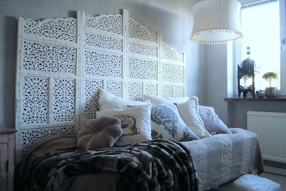 Sovrum med kalkfärg (kalklitir) på väggarna , indisk vikvägg som sänggavel , tinek , dayhome kuddar , lampa tinek - blogg: usoinredare.blogg.se