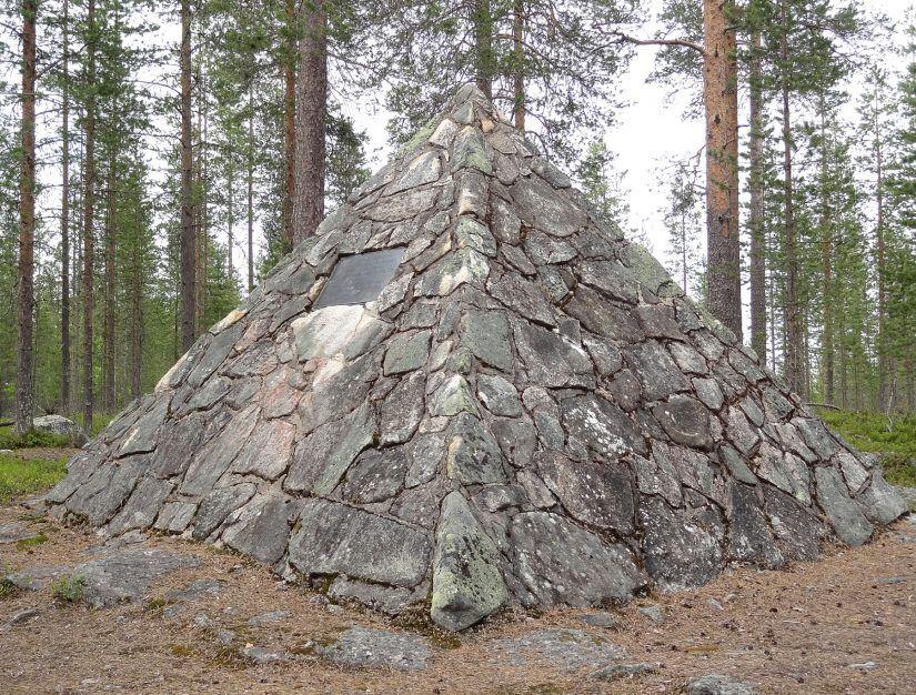 Maupertuis-muistomerkki Kittisvaaran päällä Pellossa Tornionlaaksossa