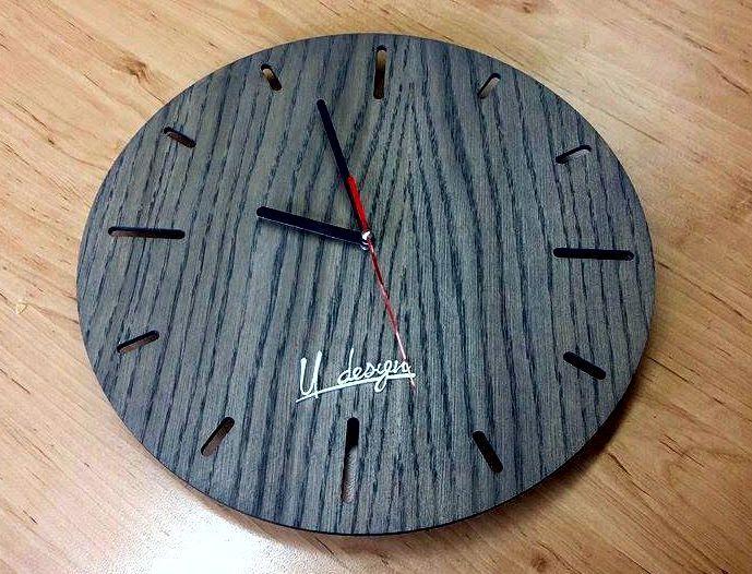 Nástěnné hodiny dubové. Nástěnné hodiny z dubové překližky kvalitně oštřené šedým olejem. Průměr 30 cm.