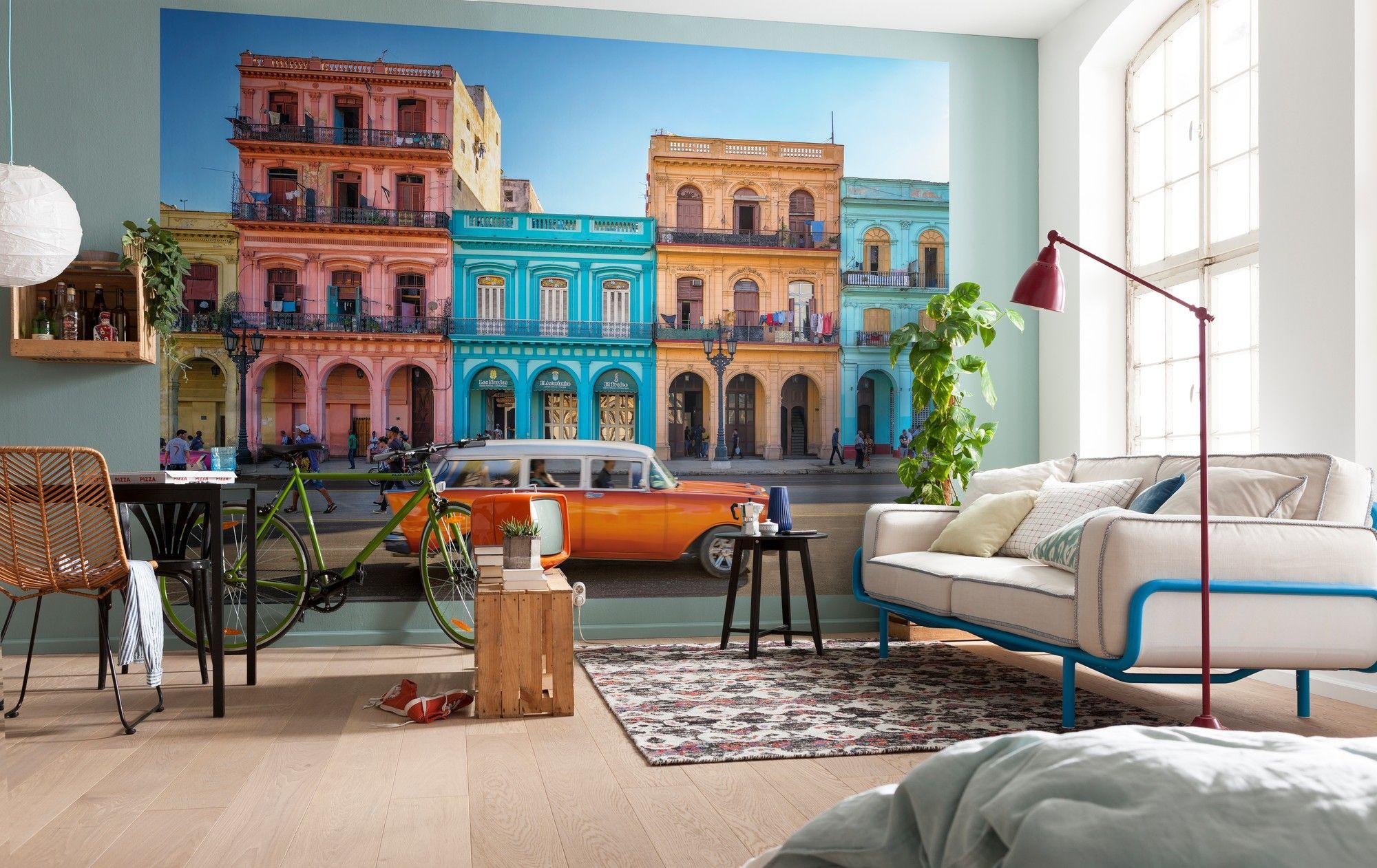 Häuserfassaden Modern bunte häuserfassaden und historische oldtimer in der hauptstadt