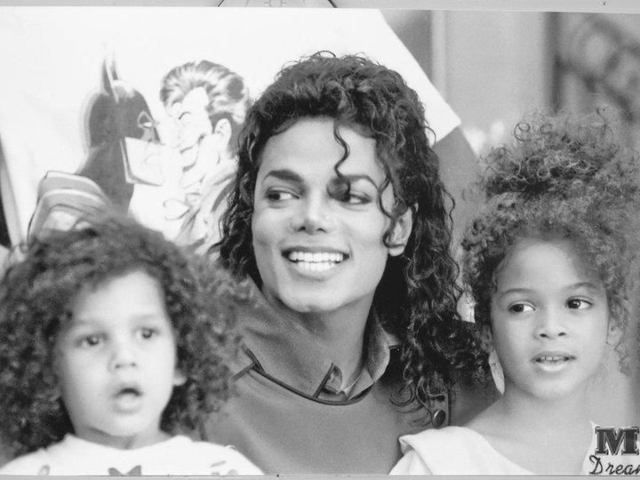 Michael with his nieces ;) - Cuteness in black and white ღ @carlamartinsmj