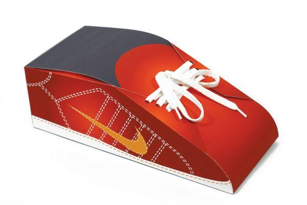 Embalagem promocional da Nike. Uma caixa de sapato, em forma
