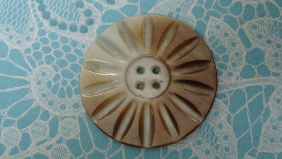 Large carved Shell Button - Sun Rays Design  - Bouton nacre gros