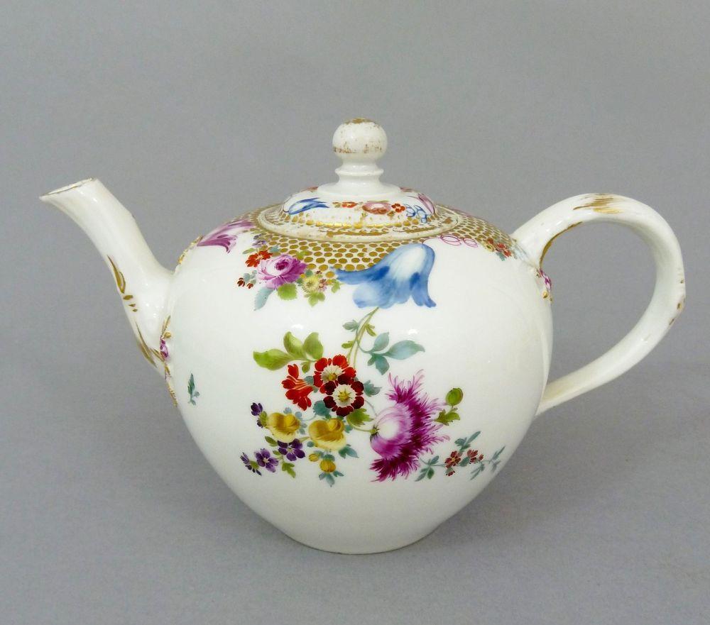 Barocke Meissen Teekanne, Perlmuster-Bordüre, Blumen Motiv, um 1760