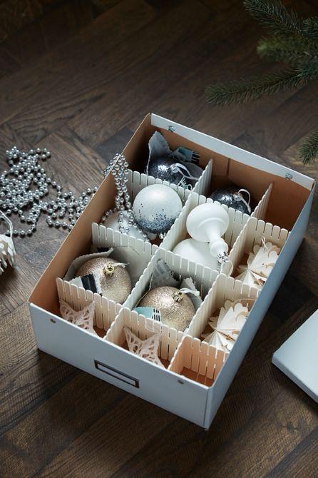 IKEA Deutschland | So verstaust du deine Weihnachtsdeko. Die Weihnachtsdeko wieder in Kisten zu verbannen kann erstaunlich lange dauern. Mit unseren einfachen Tipps sparst du dabei gehörig Zeit. #Weihnachtsdeko #verstauen #Xmas #Weihnachten #Stauraum #ikea #meinIKEA #ikeadeutschlandweihnachten