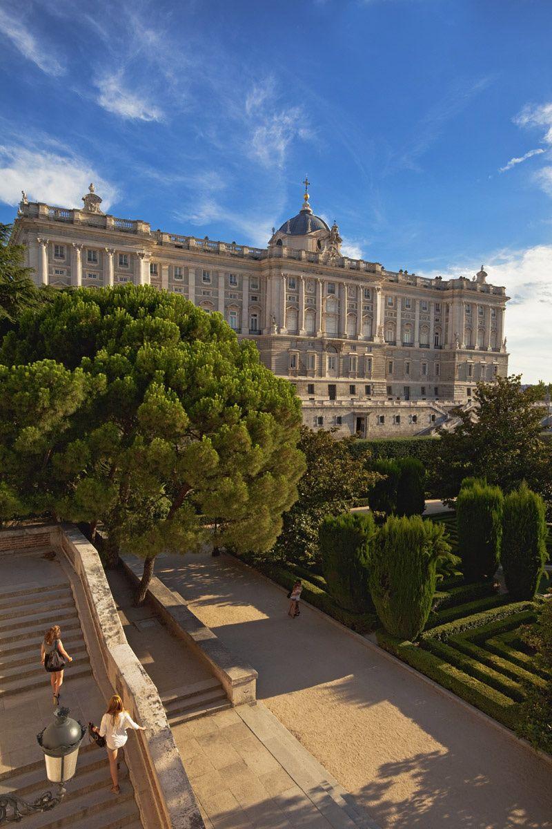 Los jardines de Sabatini, regalo republicano The Royal Palace from Sabatini Gardens. Madrid.