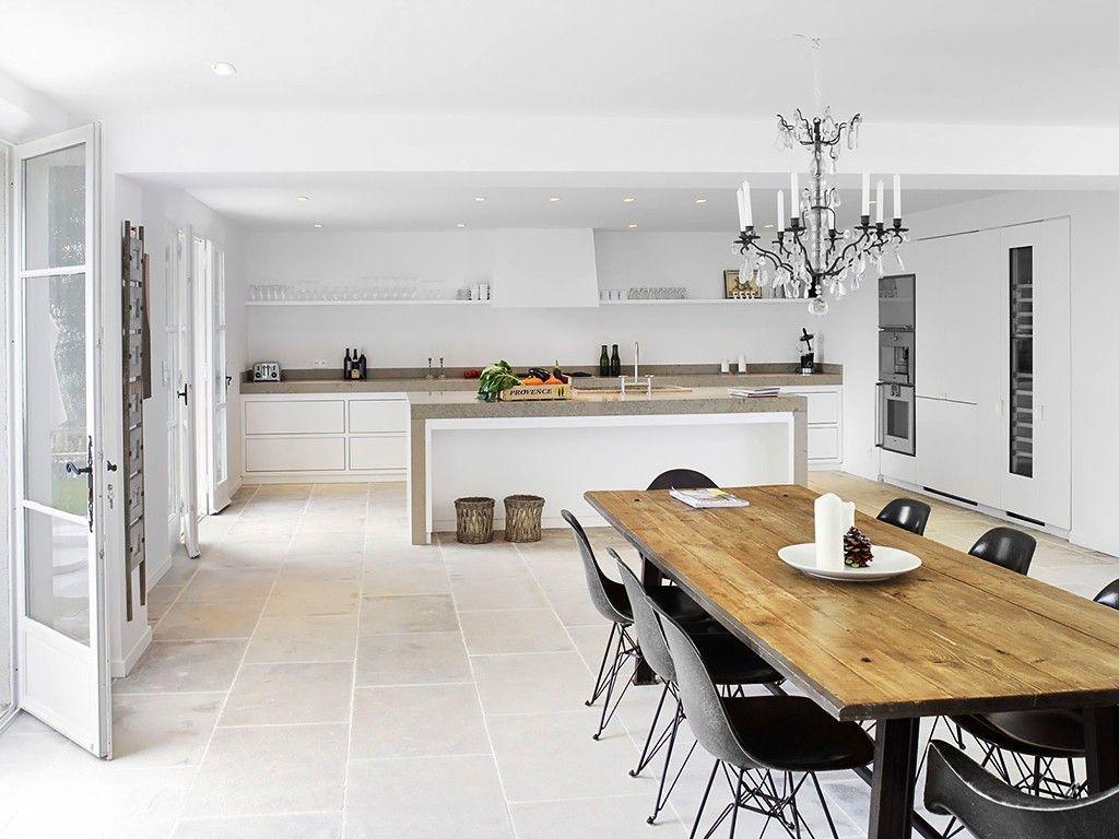 Cozinha e Sala de Jantar com Lustre de Cristal
