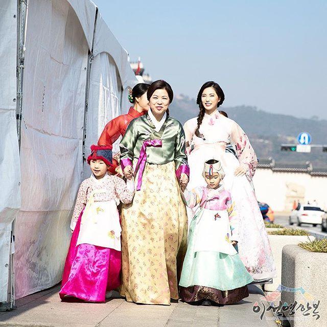 어떤 사람이든 아름다워지게 하는 한복의 매력, 정말 대단해요👍 . . 이선영한복 홈페이지 http://www.leesunyoung.co.kr/  #한복 #한복대여 #한복웨딩 #예단 #혼수 #침구 #맞춤한복 #강남한복 #강북한복 #안양한복 #천안한복 #아산한복 #대전한복 #청주한복 #창원한복 #일산한복 #춘천한복 #부산한복 #이선영한복