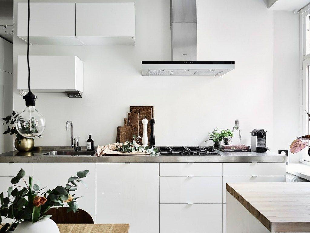 Cozinha Escandinava - Cozinha Branca - Bancada de Inox - Vaso Dourado - Pendente - Pendente Rose Gold - Mesa de Madeira - Cadeira Formiga - Arne Jacobsen - Cozinha Estilo Escandinavo - Plantas na Cozinha - Decoração Escandinava em Gotemburgo - Suécia - Decostore - Apartamento