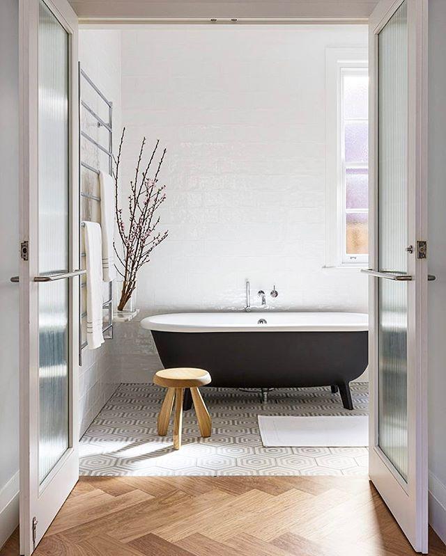 salle de bains avec parquet et carrelage, baignoire noire | Belles ...