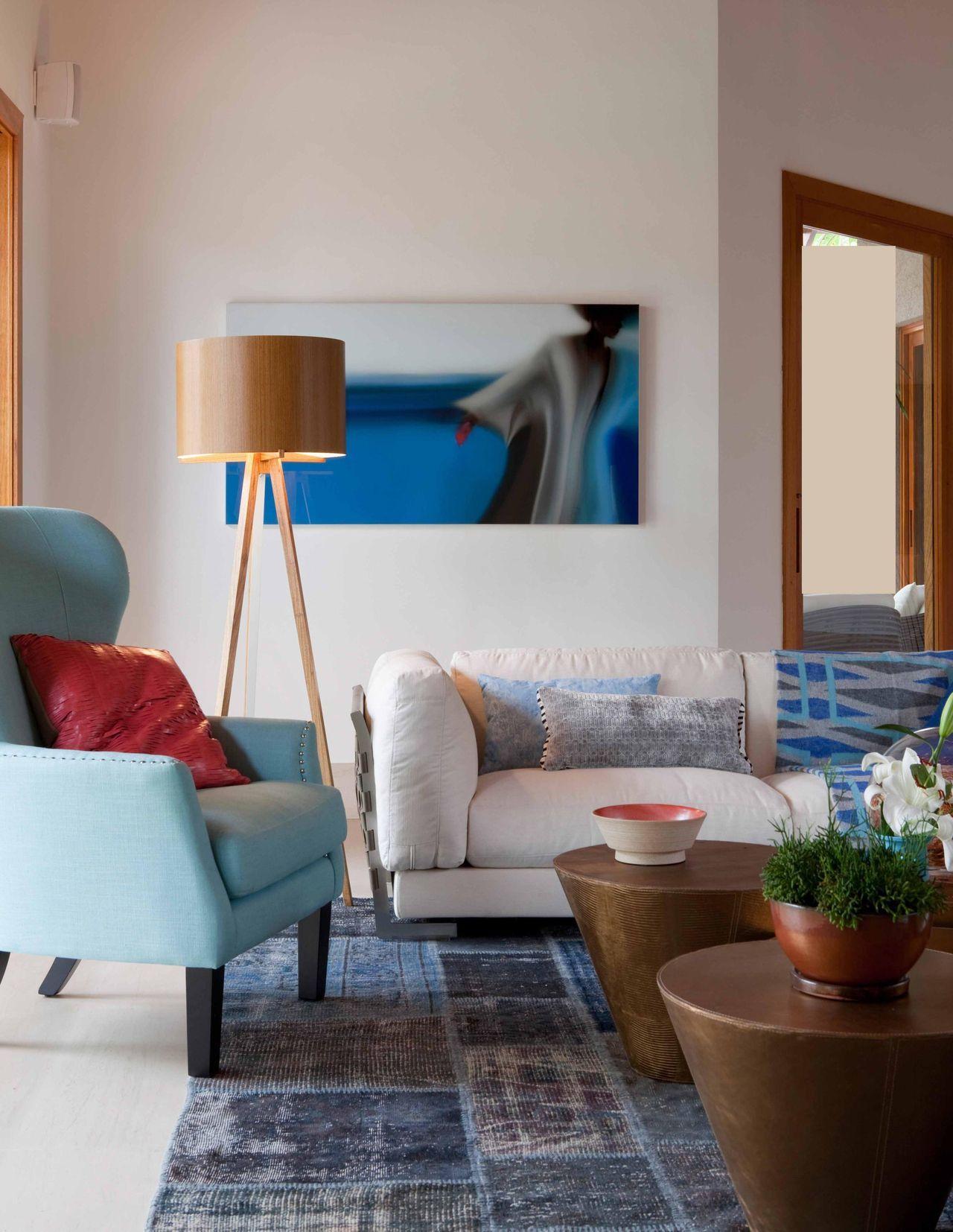 Sala De Estar Com Poltrona Azul E Abajur De Piso De Deborah Roig  -> Abajur Pra Sala De Estar