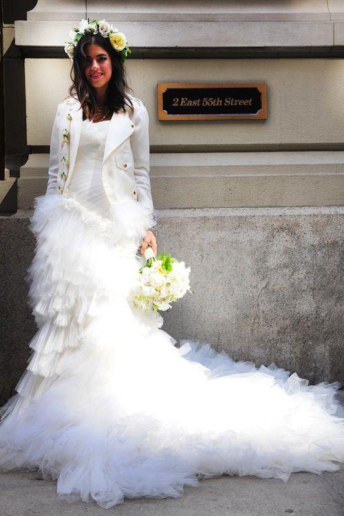 novia rebelde con cazadora blanca y corona de flores. ¡mezcla