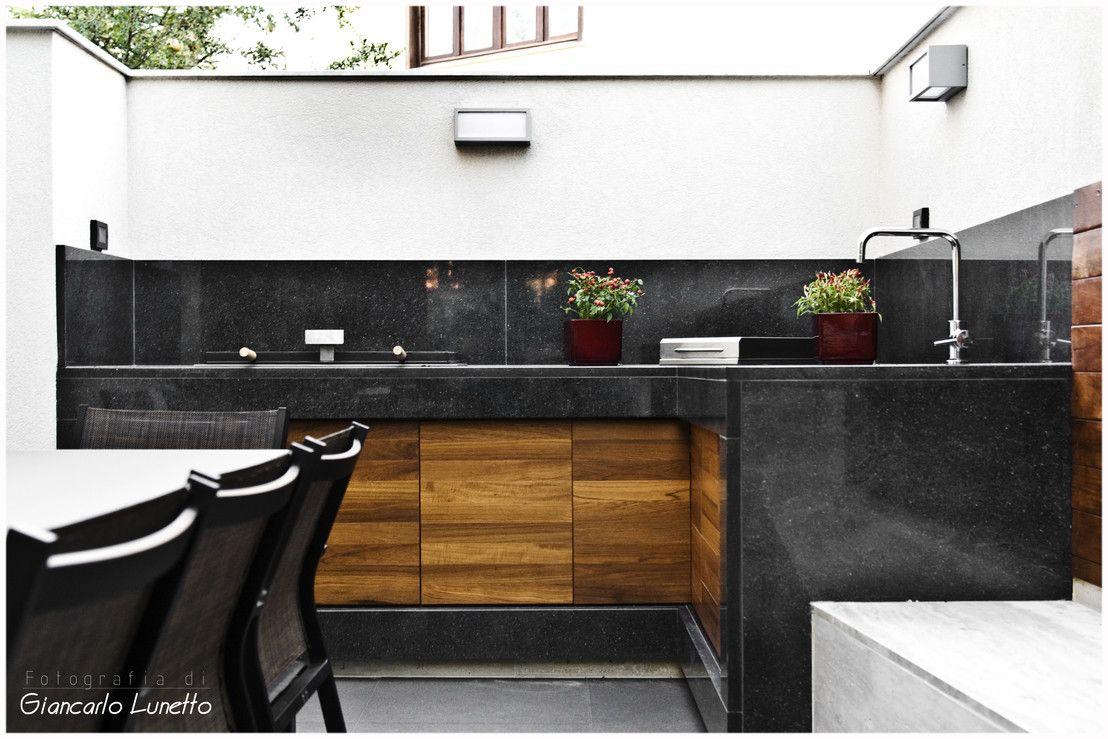 Il cortile ora ha anche una bellissima cucina da esterno con una ...