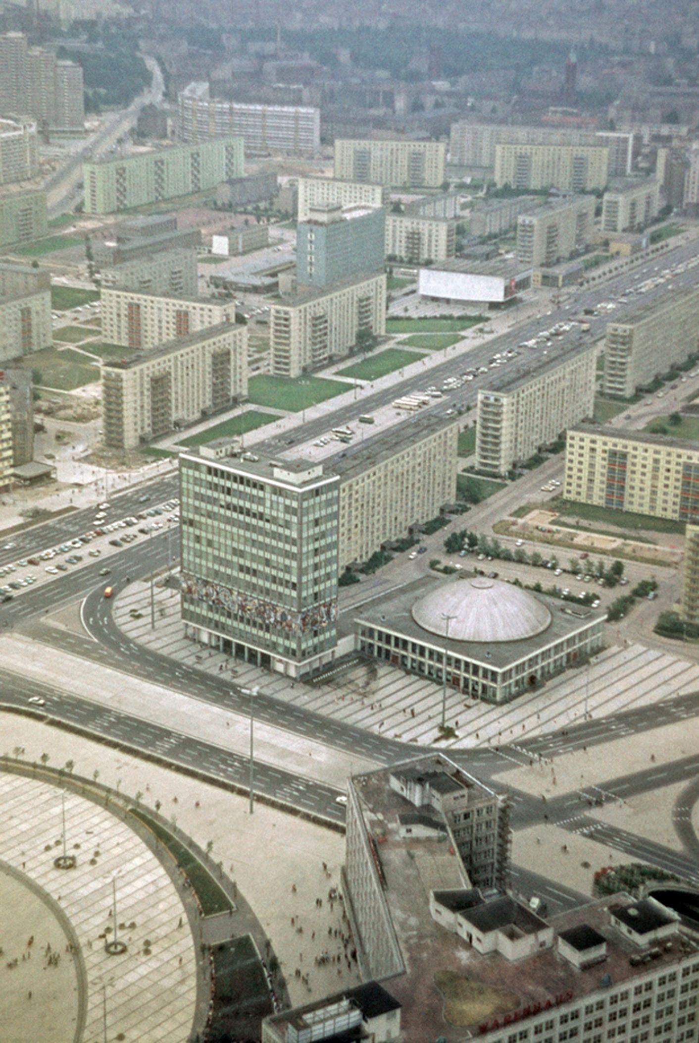 Berlin Ddr Alexanderplatz Karl Marx Allee Und Das Haus Des Lehrers Und Kongresshalle Berlin Berlin Hauptstadt Geschichte Deutschlands
