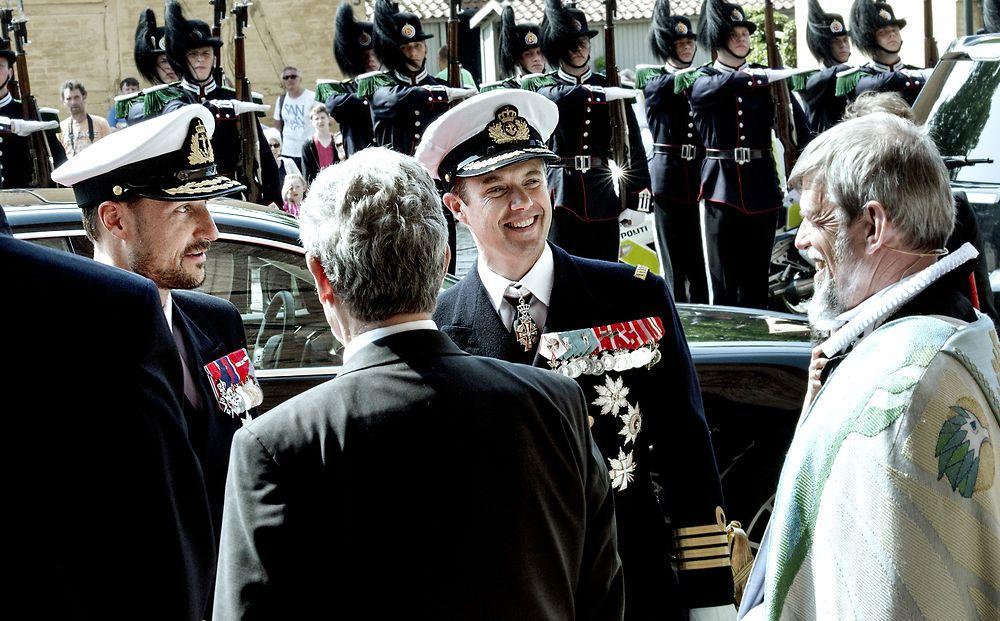 La foto mostra a la danesa i noruega Príncep Hereu de comiat després que el servei commemoratiu.