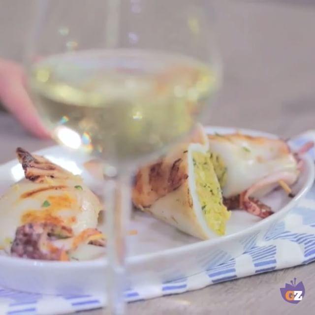 Calamari ripieni alla #griglia: un classico intramontabile che profuma di mare 😋❤️🏝 {➡️link in bio} #calamari #squid #stuffed #grill #bbq #barbecue #seafood #fish #sea #dinner #chic #date #wine #colors #mare #good #food #foodie #instafood #instagood #foodstagram #foodlover #tasty #yummy #video #recipes #delicious #amazing #giallozafferano
