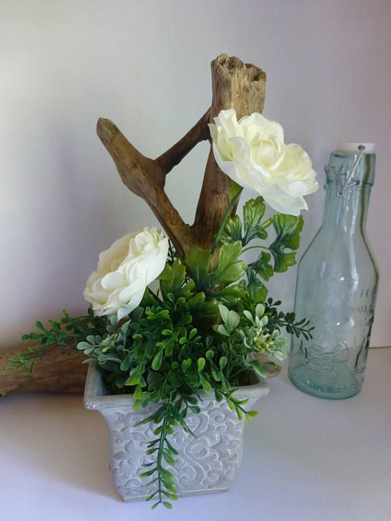 Composition floral centre de table roses blanches avec for Composition bois flotte
