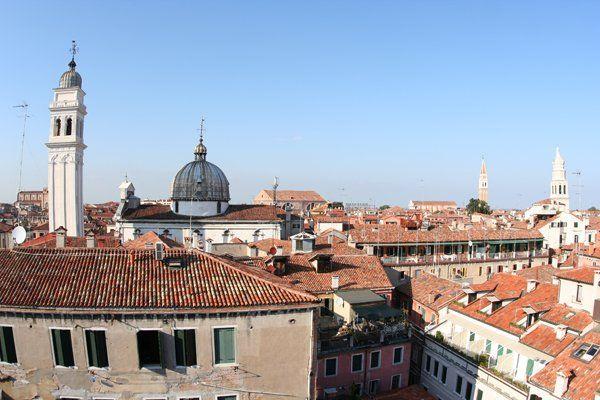 Dalla terrazza della Casa Per Ferie La Pietà si gode di un panorama mozzafiato sui tetti veneziani