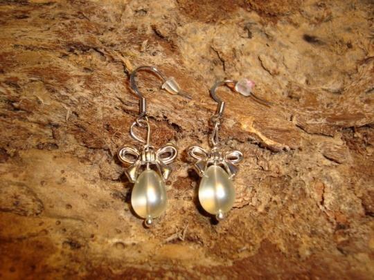Franske ørekroge i platinumfarvet messing 14mm  Smukke sløjfer i sølv på 14 x 10 mm  Flotte glas dråber lys creme på 11 x 8 mm  Forsølvet perlestav