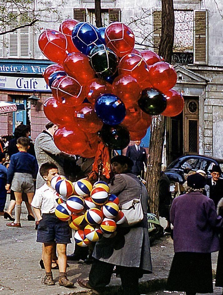 L'enfant aux ballons, place du Tertre en 1954 - Kodachrome © Jean-Paul Margnac