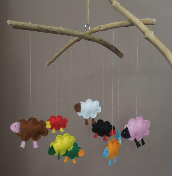 mobile moutons en feutrine suspendus 2 branches de bois flott moutons pinterest mobile. Black Bedroom Furniture Sets. Home Design Ideas