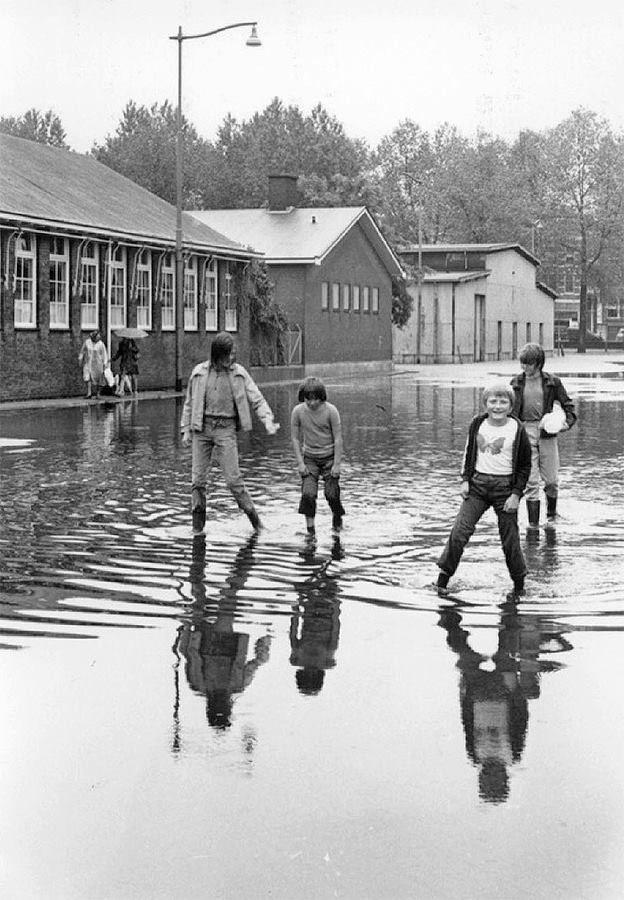 Wateroverlast op de Veemarkt na onweer, 1972.