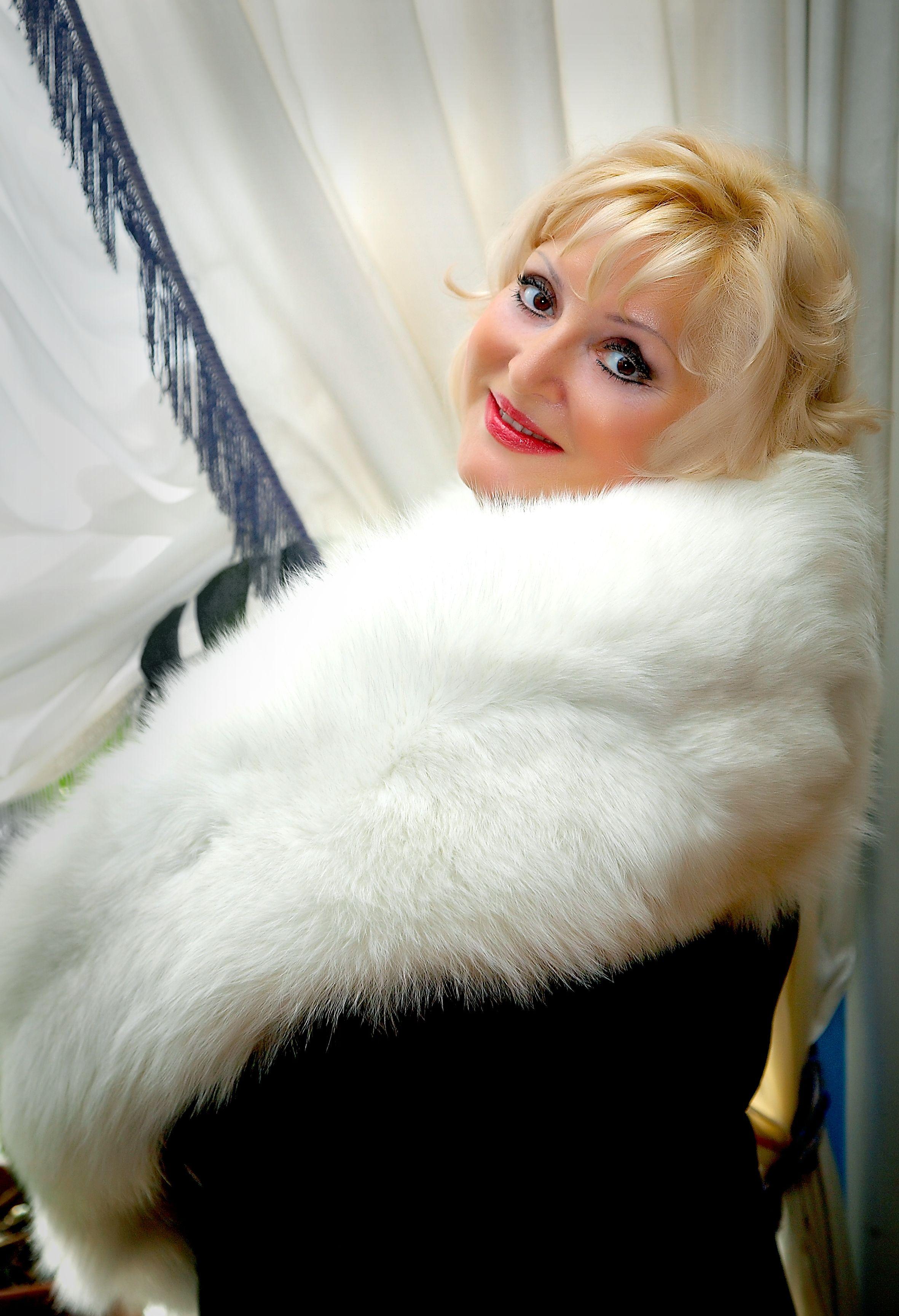 Reizvolle Frau im Pelz stockbild. Bild von lang, haltung