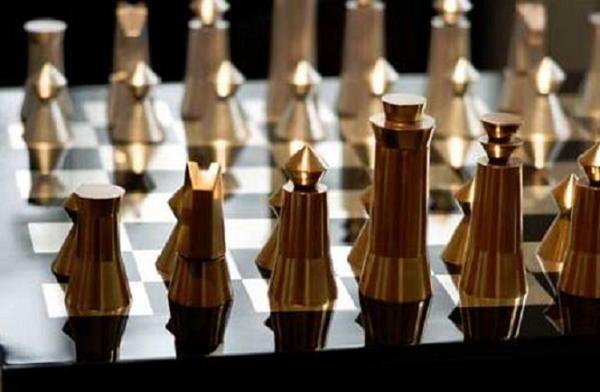Estos patrones de diseño único han sido creados por un diseñador de Nueva York, Alexander Gelman. Ha desarrollado los juegos de ajedrez en cuatro diferentes tipos de extremadamente fina artesanía japonesa - fuki-urushi (lacado de madera), makie (lacado oro), haku (lacado platino) y kutani (decorado a mano piezas de cerámica con los modelos complejos).