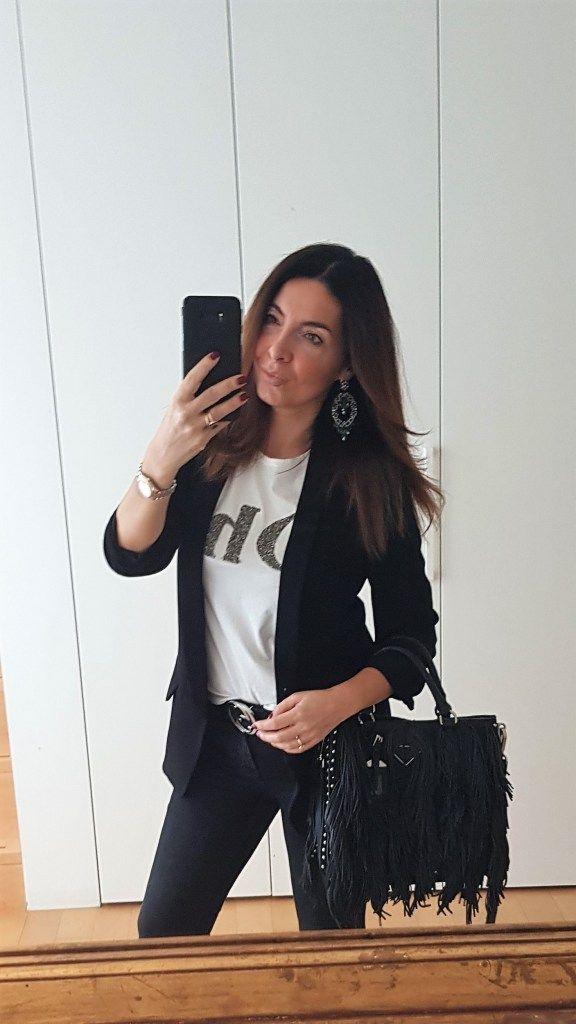 Blazer nero e Tshirt bianca grafica per un outfit