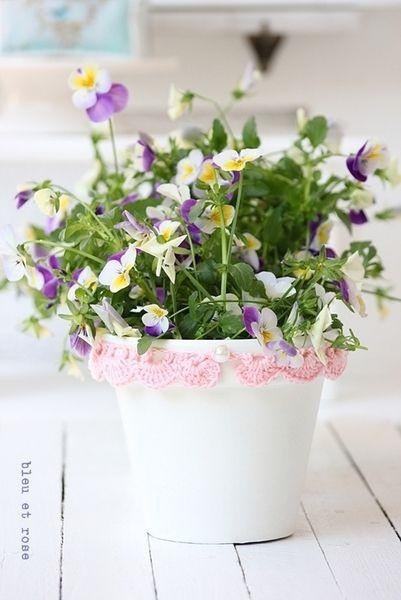 Blumentopf mit Häkelrüschen