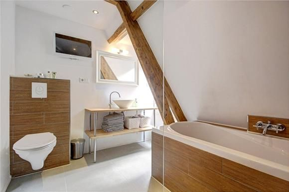 Luxe badkamer: hout tegel, spa, bad, douche, TV, WC, balken ...