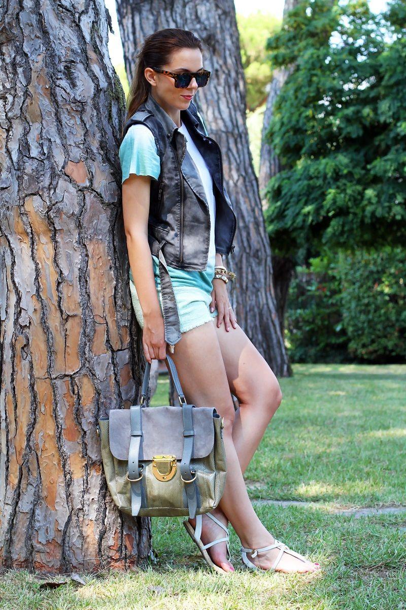 3e7e65805afaa9  fashion  fashionista  Irene Hoffman Colzi casual look con shorts verdi  gilet denim sandali bianchi occhiali da sole specchio e borsa su-shi bag