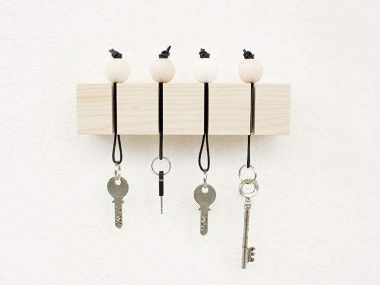 diy anleitung schl sselbrett mit holzperlen selber basteln diy tutorial crafting key hooks. Black Bedroom Furniture Sets. Home Design Ideas