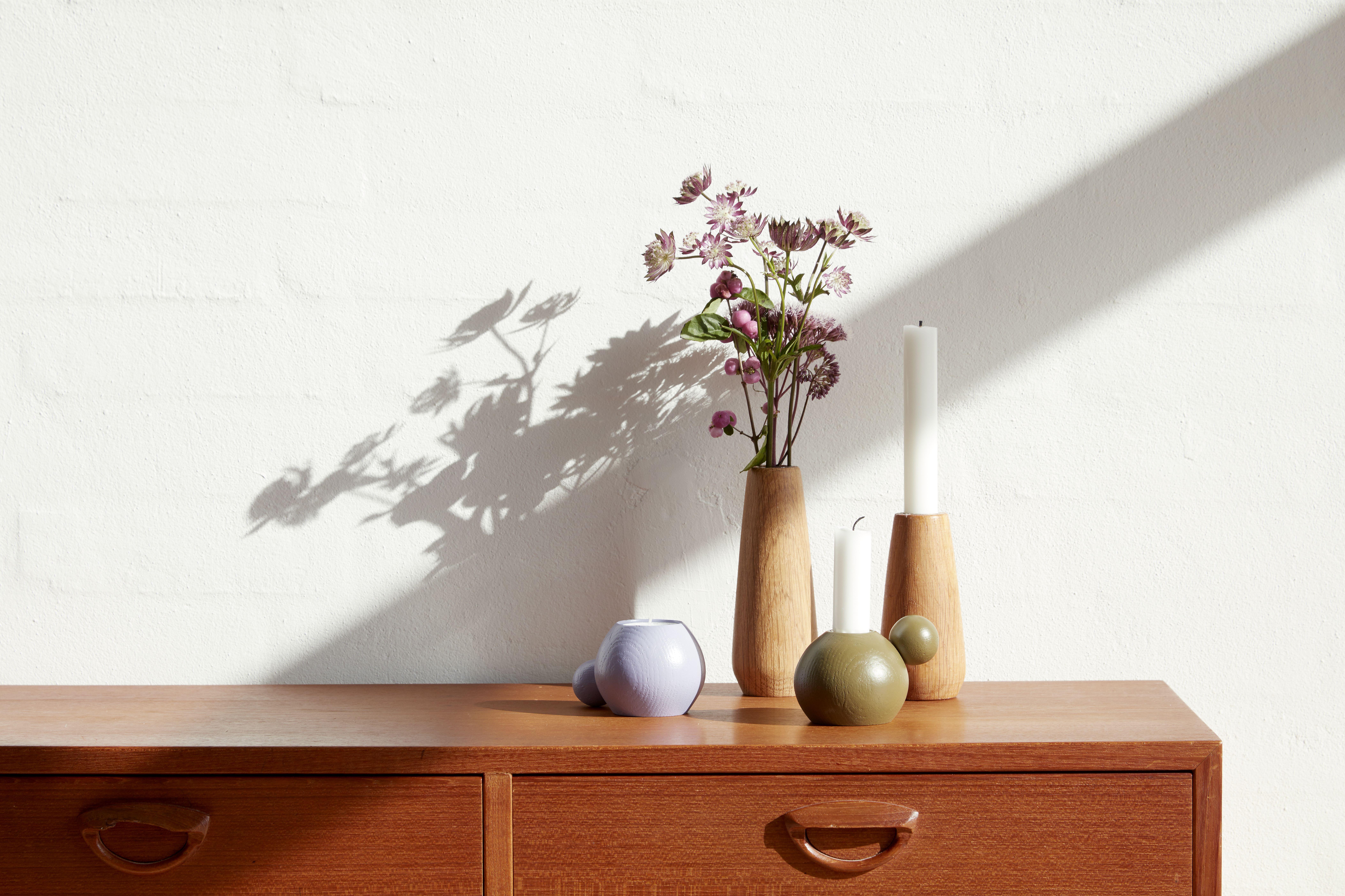 Modernes Wohnaccessoires als runder Kerzenhalter und Teelichthalter aus geöltem Eichenholz oder farbig lackiertem Buchenholz in dänischem Design