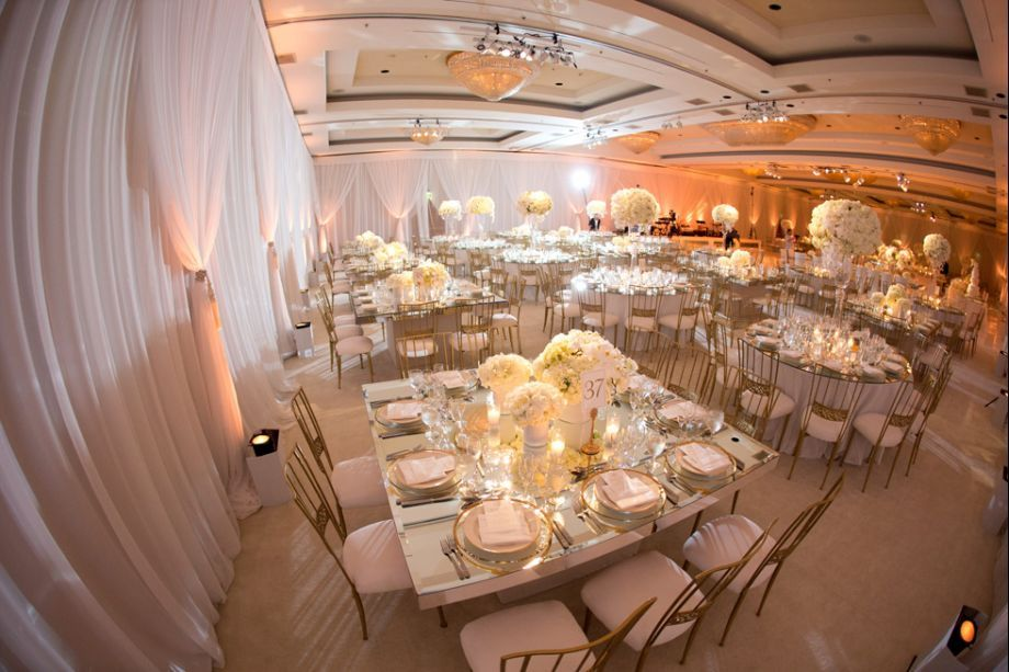 love the mix of square & round tables