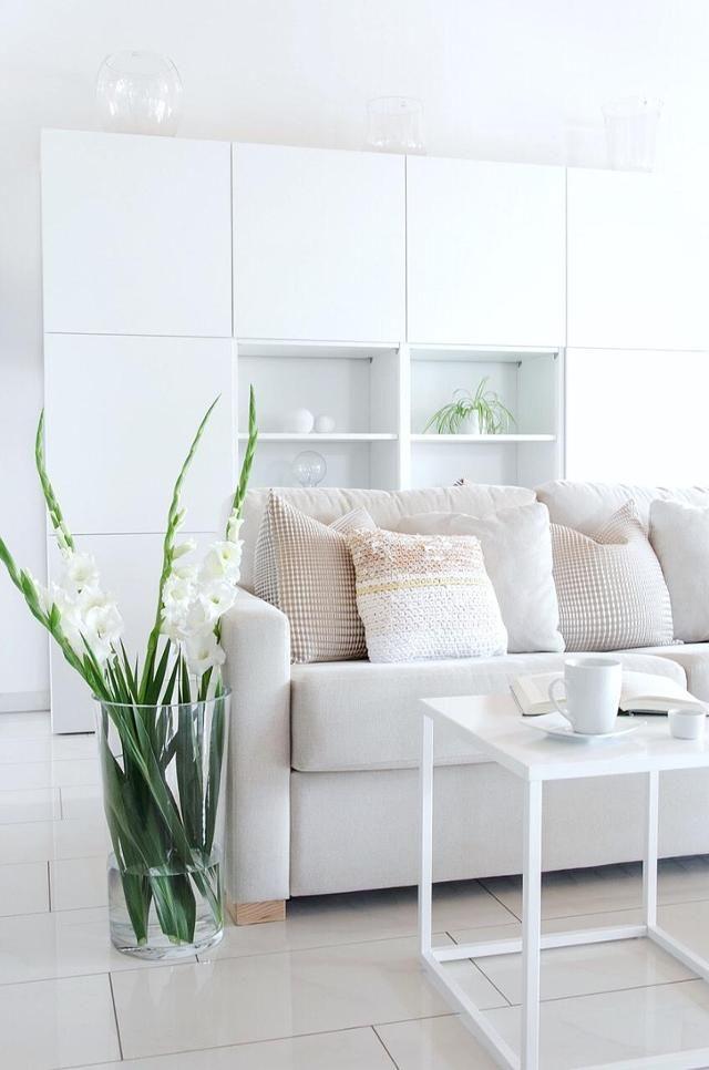 Wunderschöne Gladiolen in der Vase im Wohnzimmer von Community