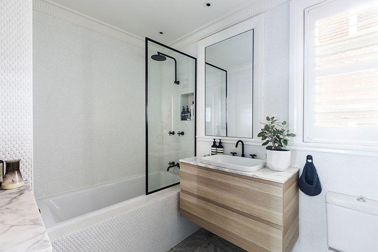 Kleine badkamer met witte ronde mozaïektegeltjes | Badkamer ...