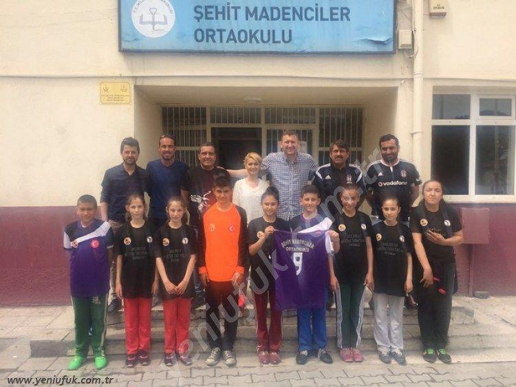 Çaylıoğlu Şehit Madenciler Ortaokulu öğrencilerinin Ankara' da ki futbol turnuvasında giyecekleri idman ve maç formalarının Beşiktaş Taraftarları Derneği tarafından karşılandığı bildirildi..