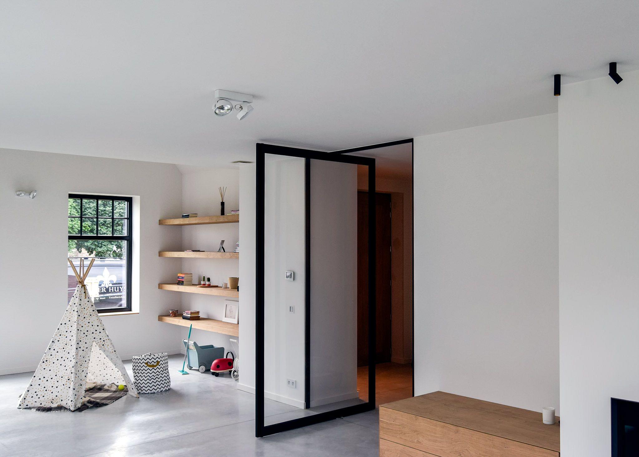 Glass door on pivot