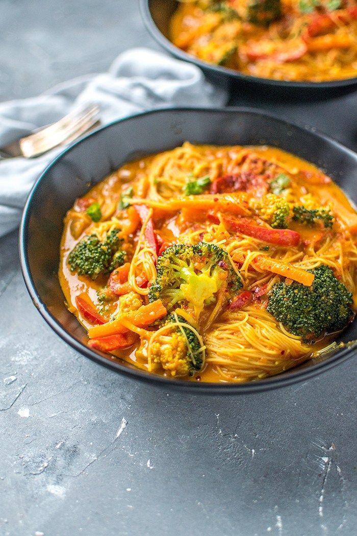 Curry-Reisnudelsuppe: Ein bisschen Farbe auf dem Suppenteller #chickenalfredo