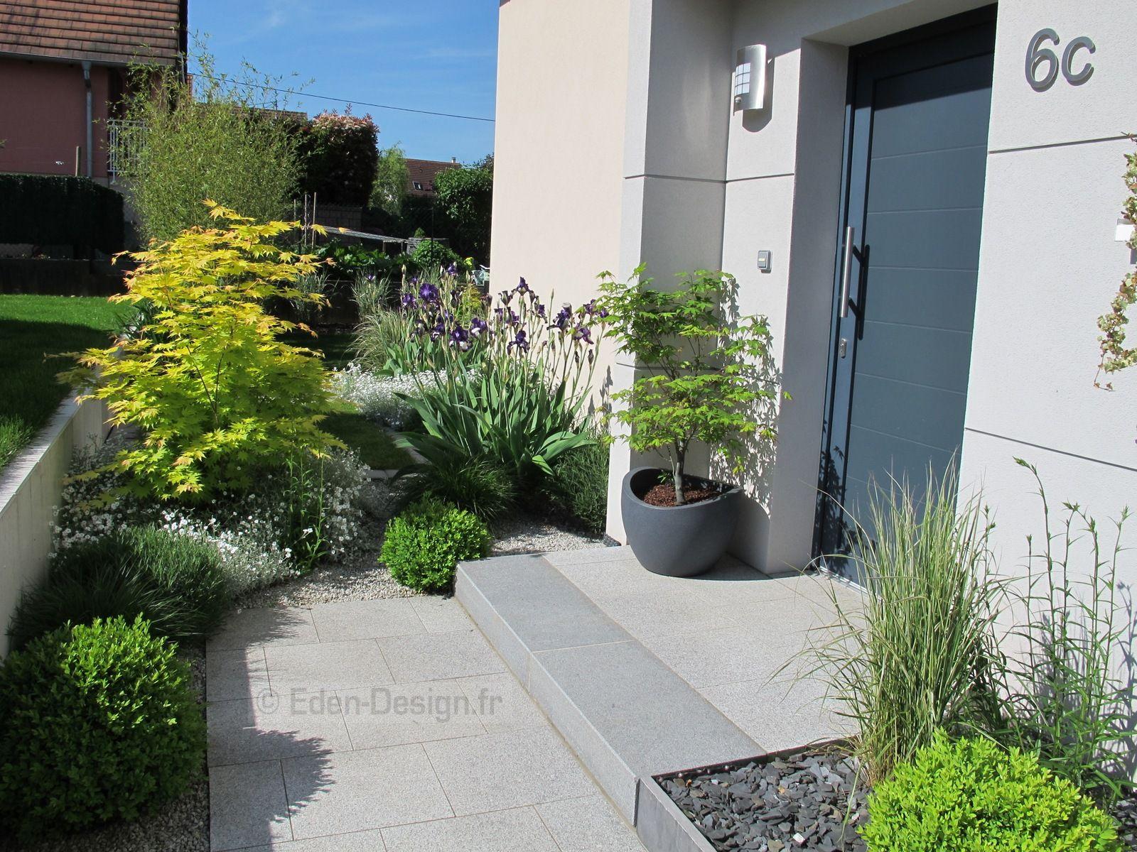 Devant de maison, aménagement moderne avec escalier en granit ...