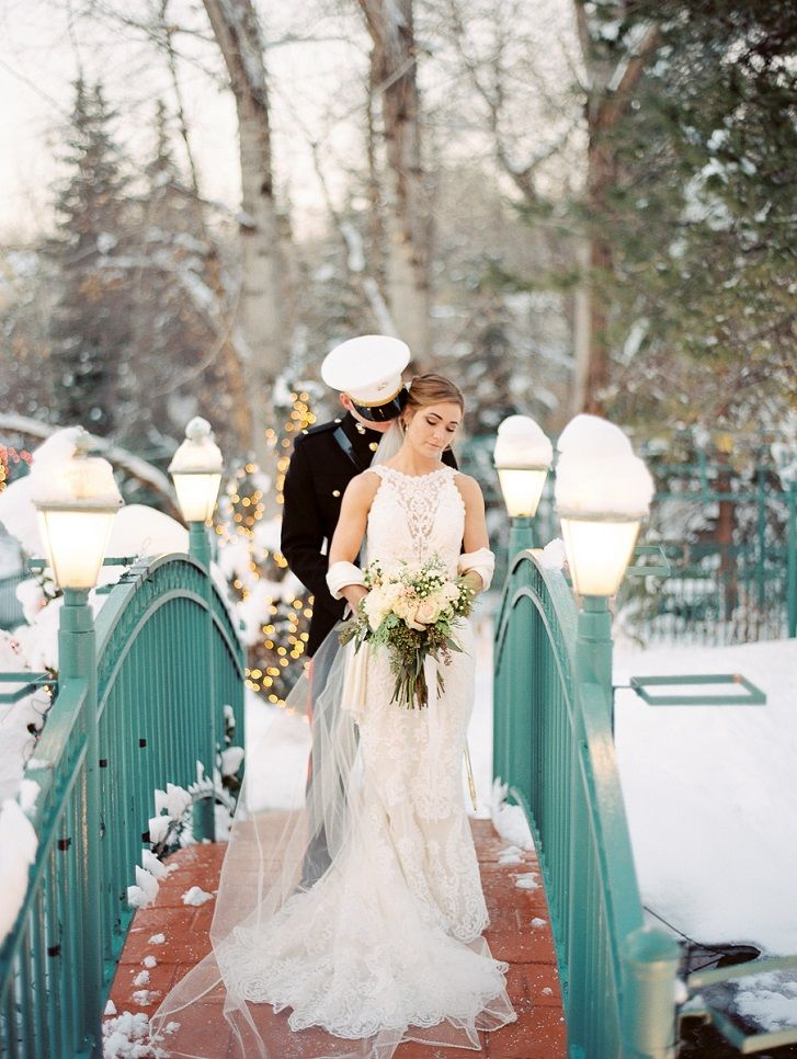 Wedding photo bride and groom in snow must have #weddingphoto #winterwedding