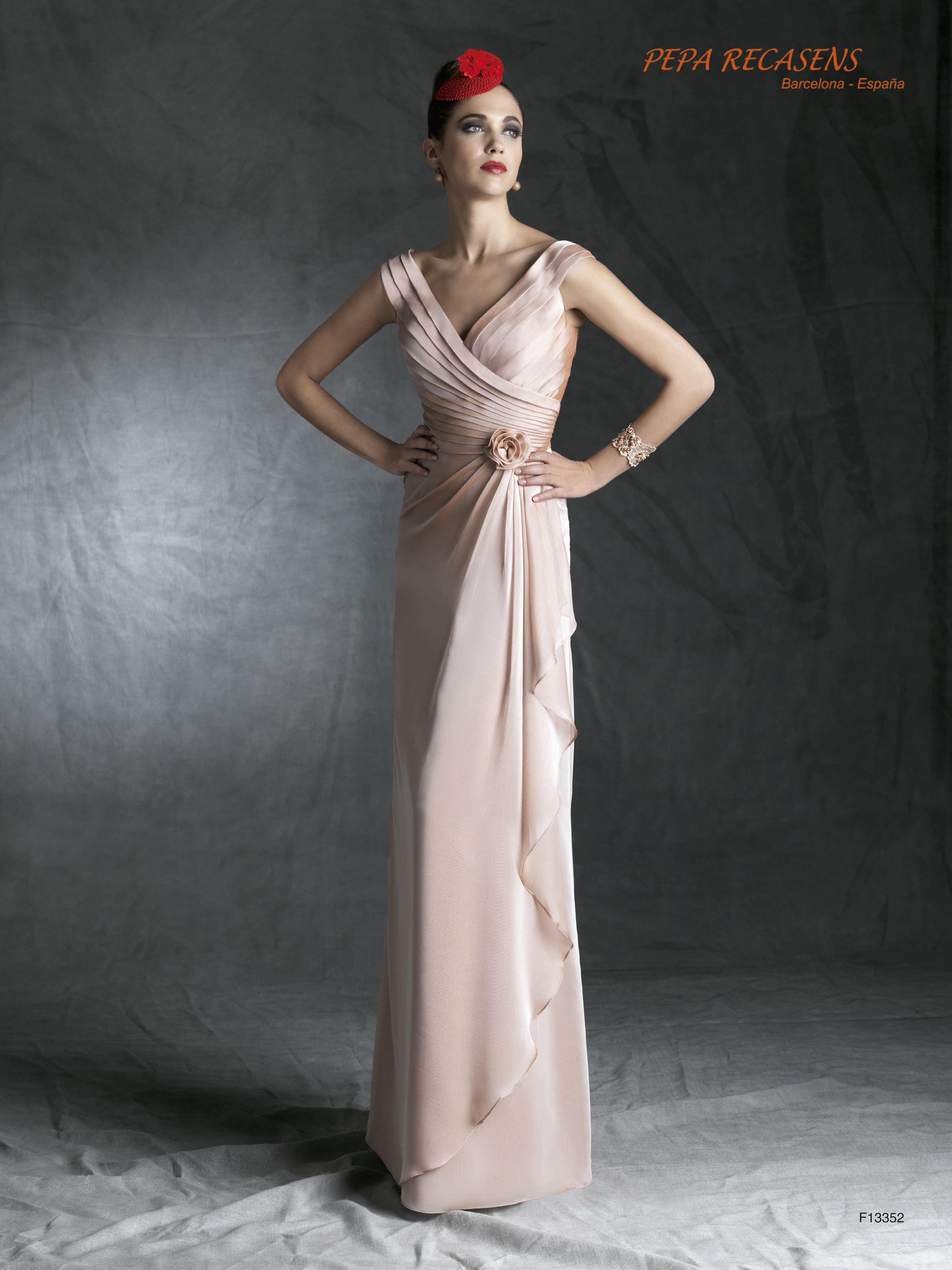 Clase y glamour en este vestido de fiesta en chiffon de seda con delicados drapeados y