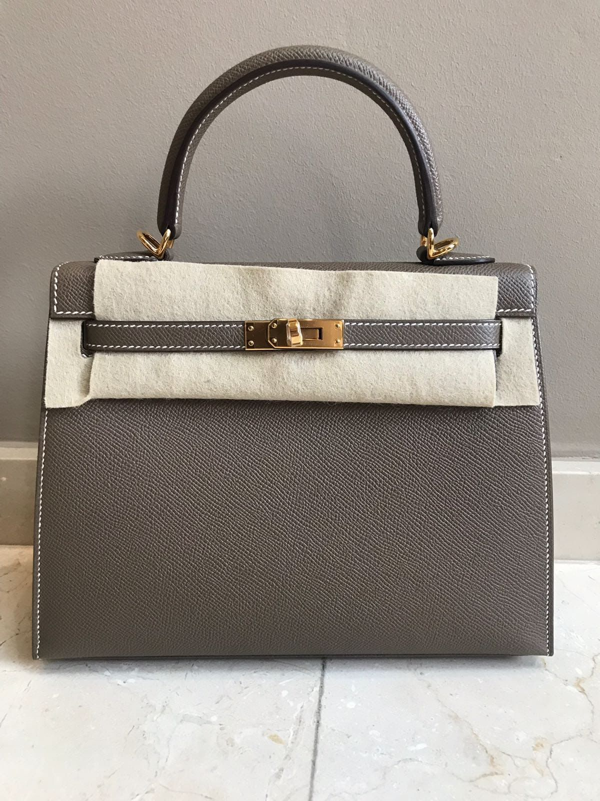 2a858dfefb96 Hermès Kelly 25 Etoupe Sellier Epsom Gold Hardware GHW C Stamp 2018  kelly25   thefrenchhunter