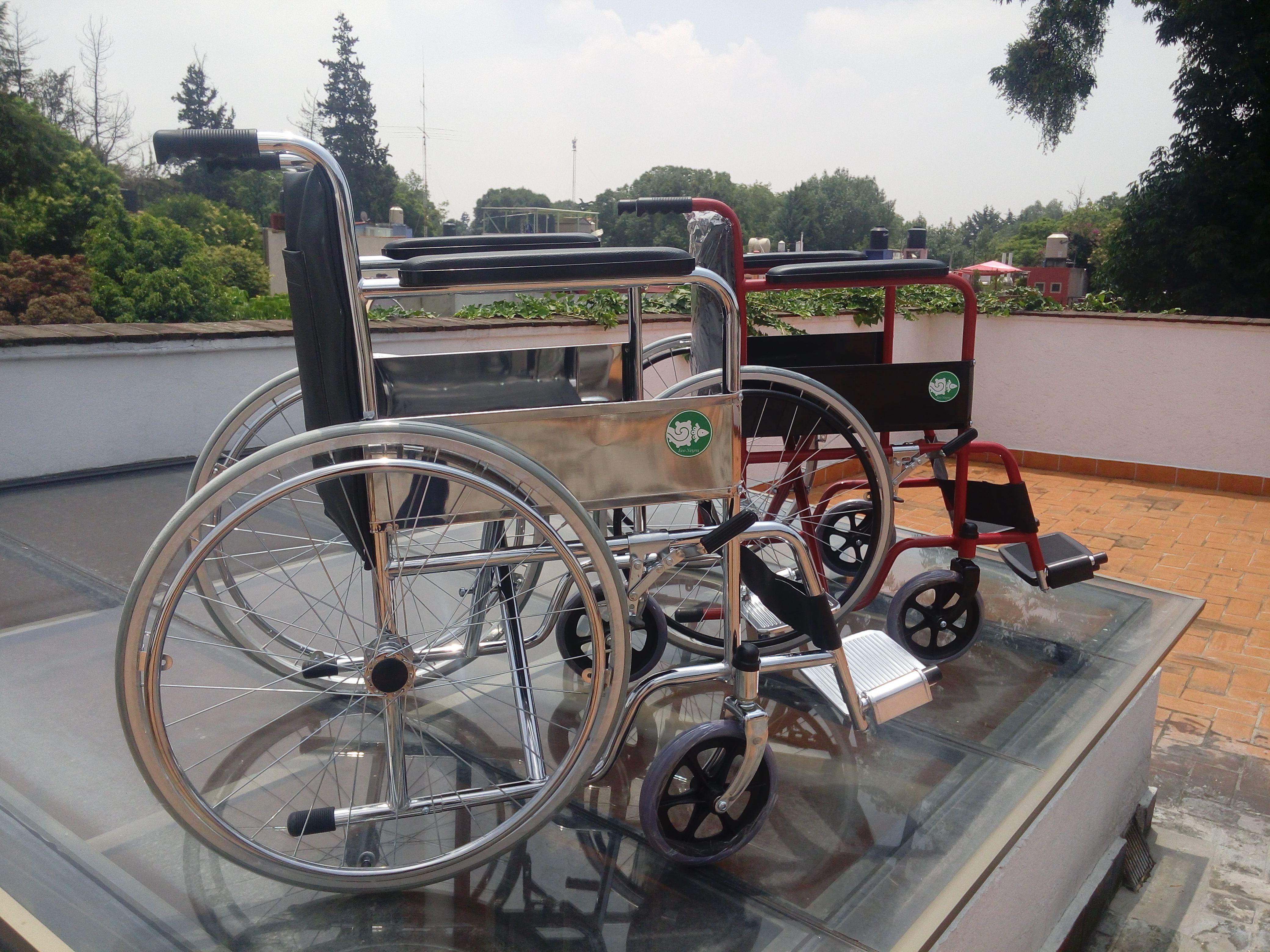 Sillas de ruedas económicas en distintos acabados y distintos tipos de ruedas,