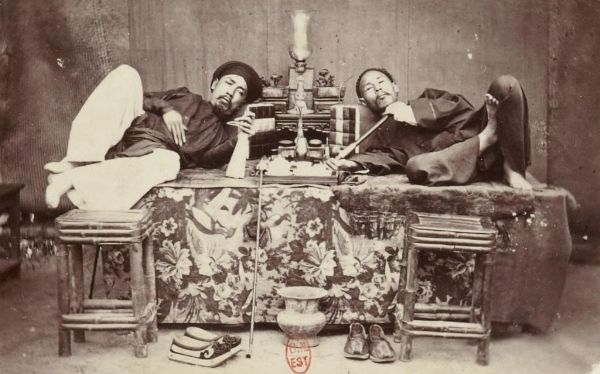 Người đàn ông quý tộc hút thuốc phiện tại nhà